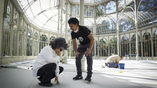 Doris Salcedo, con uno de sus ayudantes, supervisando el proyecto en el Palacio de Cristal del Retiro