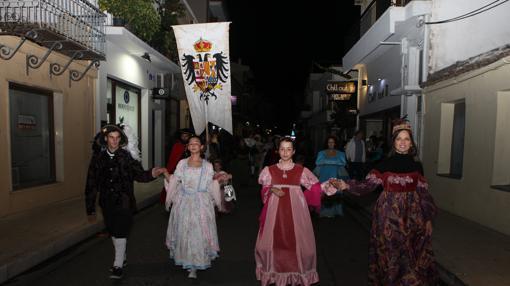 Escudo de la Monarquía hispánica en un pasacalles en la ciudad de Lepanto (Grecia)