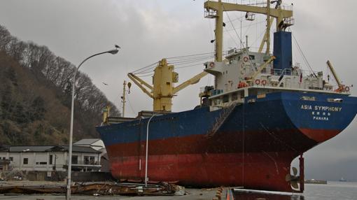 A pesar de sus 175.000 toneladas, el tsunami sacó al carguero Asia Symphony del mar y lo dejó sobre el muelle del puerto de Kamaishi, en Iwate