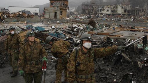Soldados de las Fuerzas de Autodefensa de Japón retiran los escombros en Otsuchi, uno de los pueblos más devastados de la prefectura de Iwate