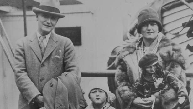 Francis Scott Fitzgerald y su esposa Zelda, con su hija, Scottie