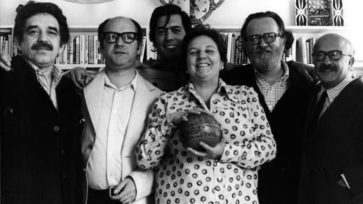 García Marquez, Jorge Edwards, Vargas Llosa, José Donoso y Ricardo Muñoz Suay, fotografiados junto con Carmen Balcells en Barcelona en 1974
