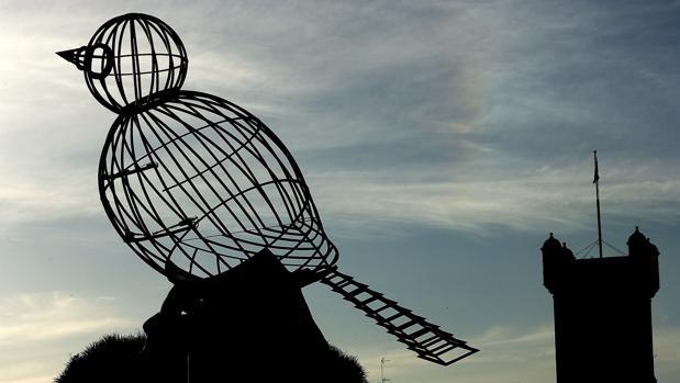 Monumento que conmemora eltrigésimo aniversario de la Constitución Española de 1978, una obradel artista gaditano Luis Quintero que simboliza un pájaro y una jaula