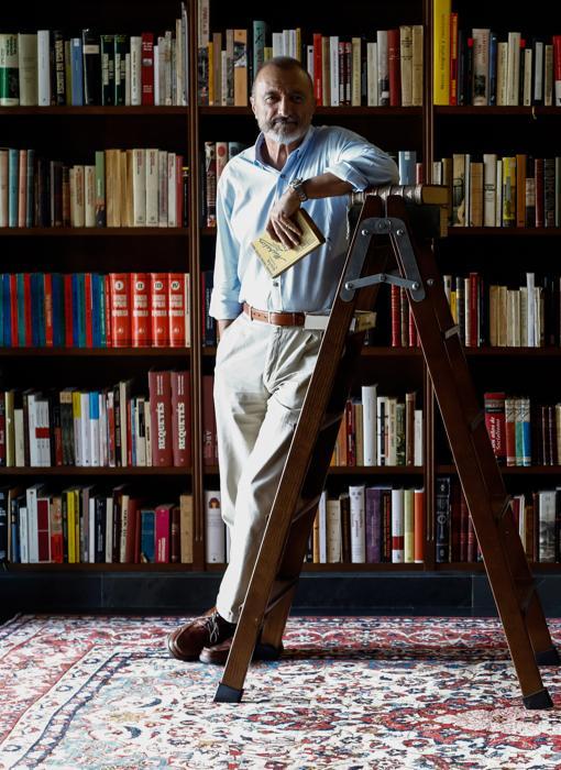 Arturo Pérez Reverte ante los anaqueles de su biblioteca con libros sobre la Guerra Civil