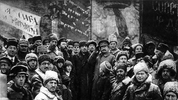 Vladímir Lenin y León Trotski (con gafas), en el centro de la imagen, rodeados de camaradas a los que prometieron el «paraíso» en la tierra