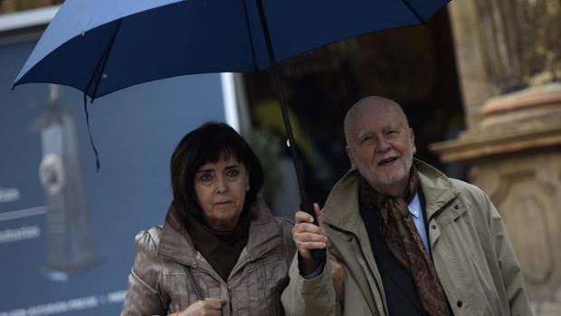 Adam Zagajewski, premio Princesa de Asturias de las Letras, y su mujer a su llegada al Hotel Reconquista de Oviedo 2017