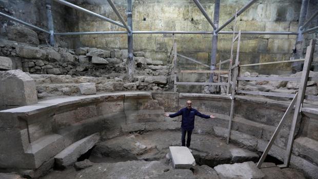 El arqueólogo Joe Uziel de la Autoridad de Antigüedades de Israel, en el interior de un anfiteatro romano descubierto en los túneles del Muro de las Lamentaciones, en Jerusalén