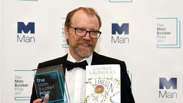 George Saunders posa con el galardón del Man Booker Prize 2017