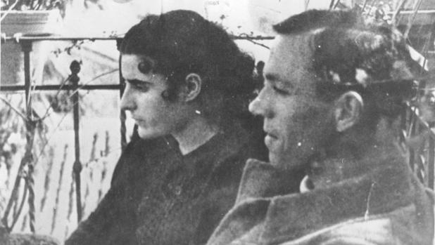 Miguel Hernández junto a su mujer Josefina Manresa en 1937