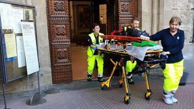 Un turista español de 52 años ha muerto esta tarde al caerle un trozo de piedra dentro de la basílica de la Santa Cruz