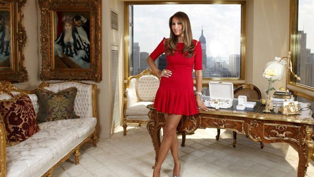 Melania Trump, en su residencia neoyorquina, ante el cuadro «El palco», de Renoir
