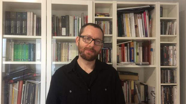 «Selfie» de Josep Tornero para «Darán que Hablar», rodeado de libros