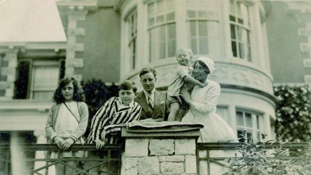 Leonora Carrington (a la izquierda) con sus hermanos y la niñera en la residencia familiar de Hazelwood Hall