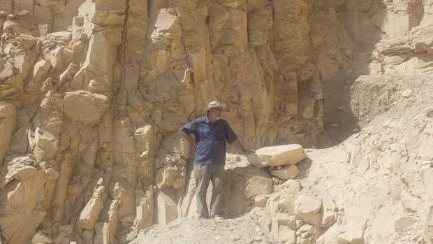 José Ramón Pérez-Accino, en la zona donde han creído identificar restos de un posible lugar de culto