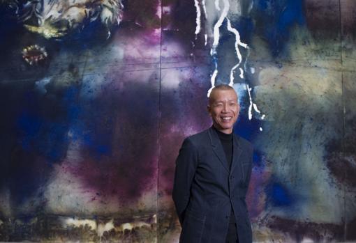 El artista chino, junto a una de sus obras, ayer durante la presentación de su exposición en el Prado