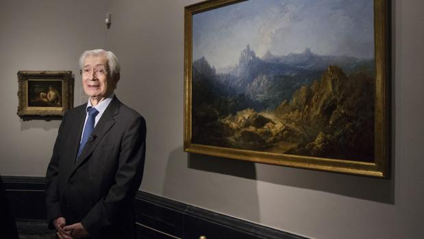 Óscar Alzaga, ayer en el Prado junto a dos de las obras donadas