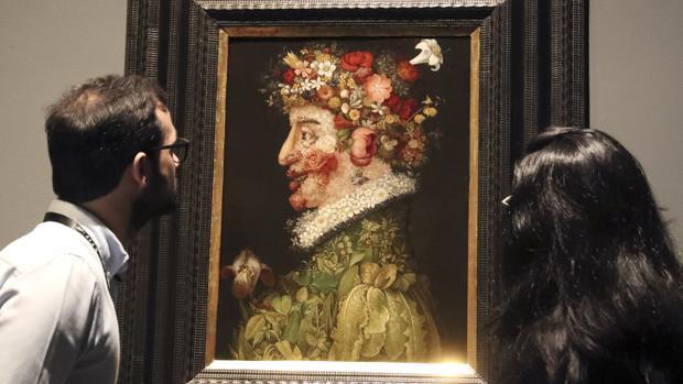 Dos personas admiran «La Primavera», de Arcimboldo en el Museo de Bellas Artes de Bilbao