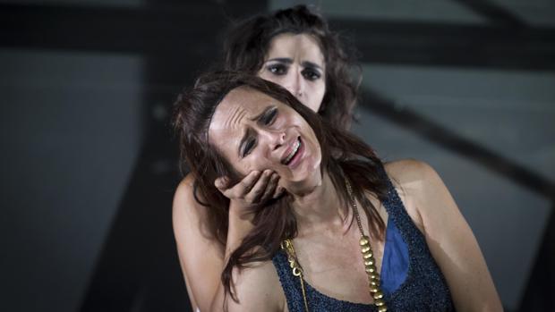 Aitana Sánchez-Gijón y Alba Flores, en una escena de «Troyanas»