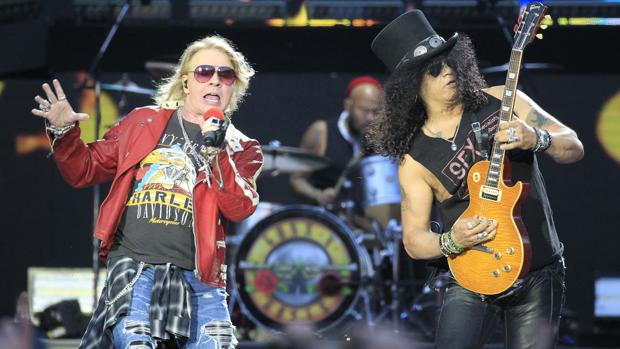 Los integrantes del grupo estadounidense Guns N´Roses, Axl Rose (i) y Slash, durante su pasada actuación en Madrid
