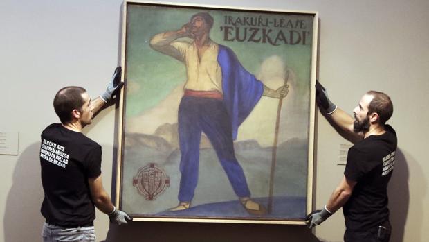 """Personal de la pinacoteca coloca el cuadro """"Irakurri-Léase 'Euskadi'"""""""