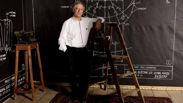 Kentridge con una de sus escenografías, por Robin Rhode