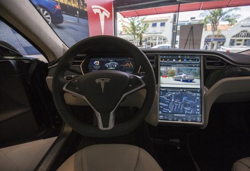 Panel de control del Tesla 85D. Ocho cámaras ofrecen una visión de 360 grados alrededor del coche. El primer paso para un vehículo 100% autónomo