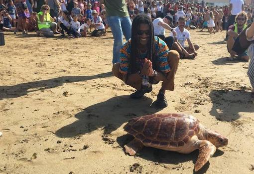 Suelta de tortugas en Las Canteras