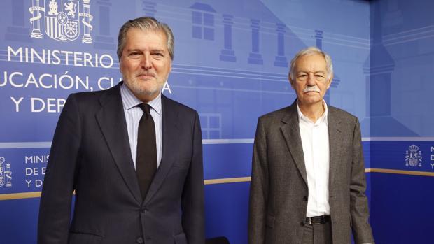 El ministro de Cultura y el premiado en 2016, Eduardo Mendoza