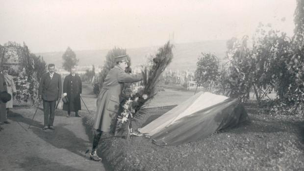 Alfonso XIII deposita una corona de flores en el cementerio de Verdún (Francia)