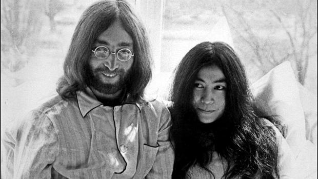 John Lennon junto a su mujer, Yoko Ono, en el Hotel Hilton de Ámsterdam (Holanda) en marzo de 1969