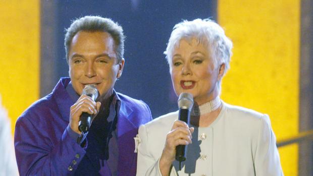 David Cassidy y Shirley Jones. durante una actuación en televisión