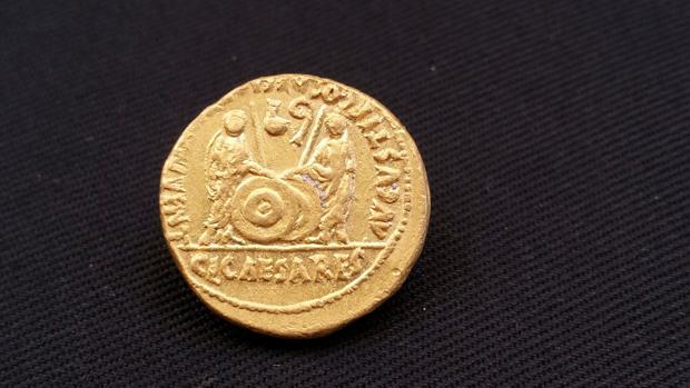 Fotografía facilitada por el Ministerio de Antigüedades egipcio de la moneda romana de la época del emperador Octavio Augusto encontrada en uno de los barcos naufragados.
