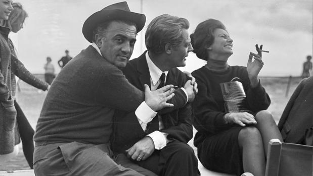 Fellini abrazado a Marcello Mastroiani junto a una risueña Sofia Loren