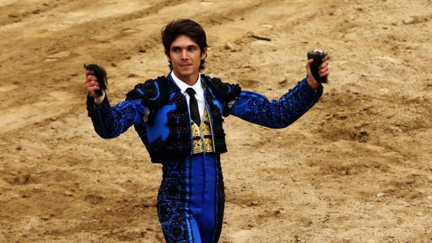 Sebastián Castella pasea dos orejas en el ruedo de Acho