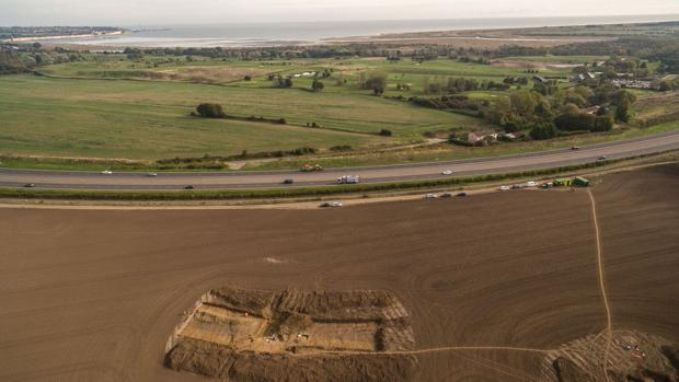 Excavación arqueológica en Ebbsfleet, con vistas a la bahía de Pegwell