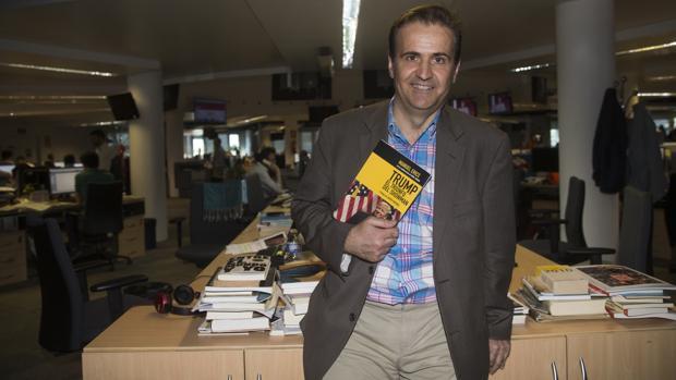 Manuel Erice, con su libro en las manos, en la Redacción de ABC
