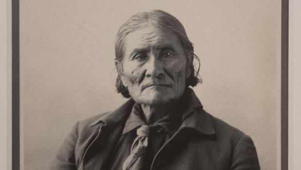 Gerónimo, el jefe guerrero de los apaches bendohoke, en la imagen cedida por el Museo J. Paul Getty
