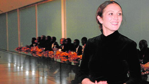 Vanessa Beecroft sentó a comer en una mesa en Milán a 20 inmigrantes africanos