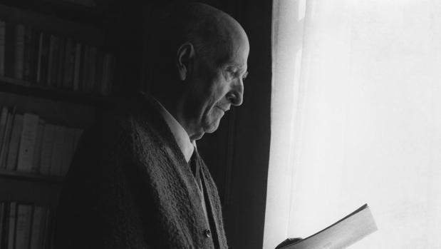 Vicente Aleixandre, en su biblioteca