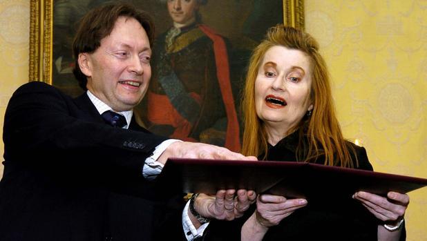 Horace Engdahl, entonces secretario permanente de la Academia Sueca, y la escritora Elfriede Jelinek, ganadora del Nobel de Literatura en 2004