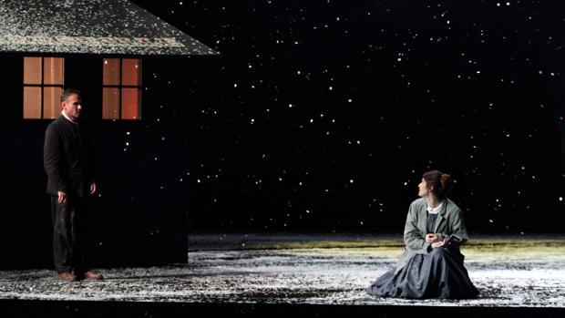 Una imagen del tercer acto de «La bohème», en el montaje de Richard Jones