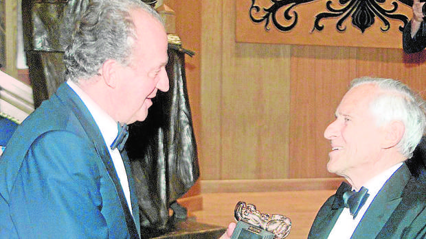 Don Juan Carlos entrega a Jean d'Ormesson el Premio Luca de Tena en la Casa de ABC