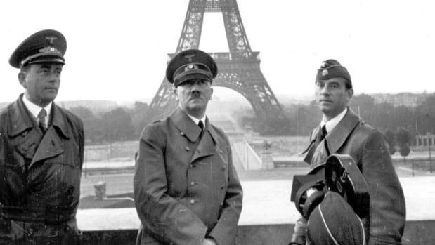 Hitler, posa con el arquitecto Albert Speer (izquierda) y el escultor Arno Breker, en frente de la torre Eiffel