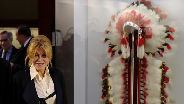 La baronesa Thyssen, junto al tocado de plumas indio que ha donado al Museo Nacional de Antropología