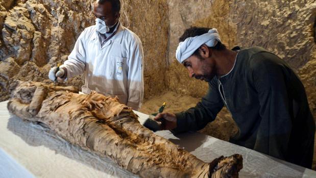 La momia hallada en la rumba excavada en la necrópolis de Dra Abu al Naga, en Luxor (Egipto)