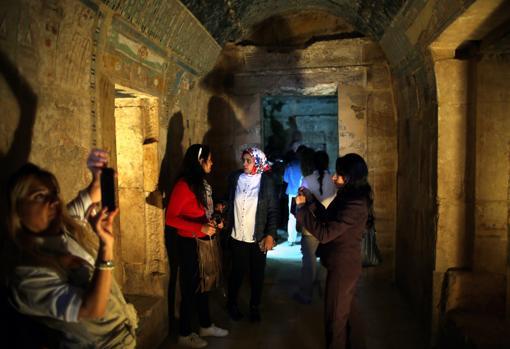 Turistas en el templo de Amón Ra