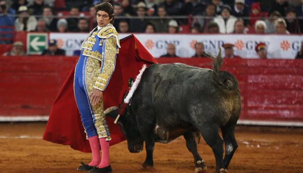 Sebastián Castella, en un pase cambiado por la espalda