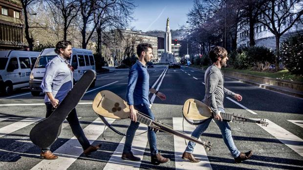 Los hermanos Zapico (Aarón, Daniel y Pablo), al estilo Abbey Road