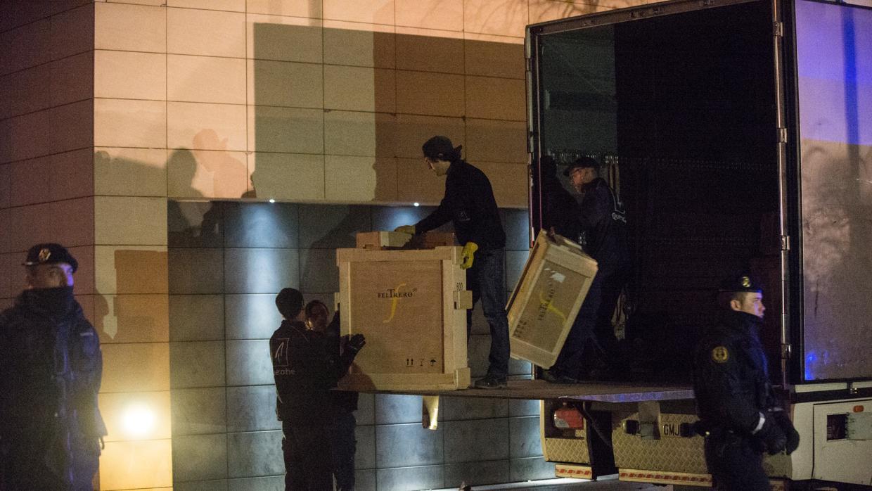 Técnicos de Aragón, custodiados por la Guardia Civil, entran en el museo de Lérida para retornar los bienes a Sijena