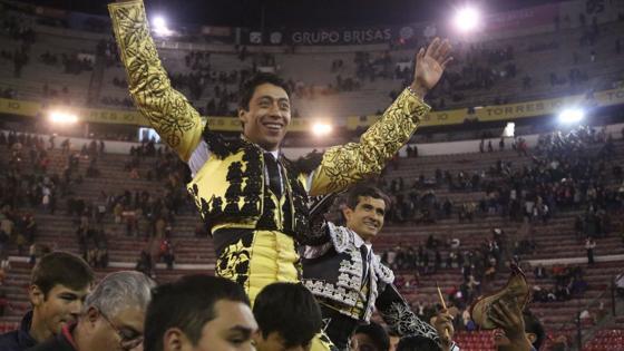 Sergio Flores y Joselito Adame se marchan a hombros de la Monumental capitalina